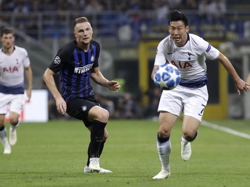 Obranca Interu Miláno Slovák Milan Škriniar (uprostred) a hráč Tottenhamu Son Heung-min bojujú o loptu