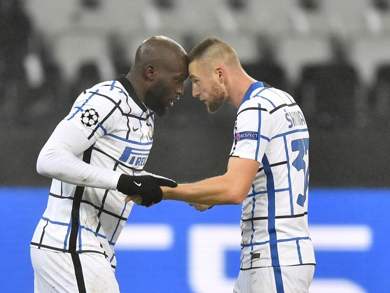 Romelu Lukaku a Milan Škriniar oslavujú gól