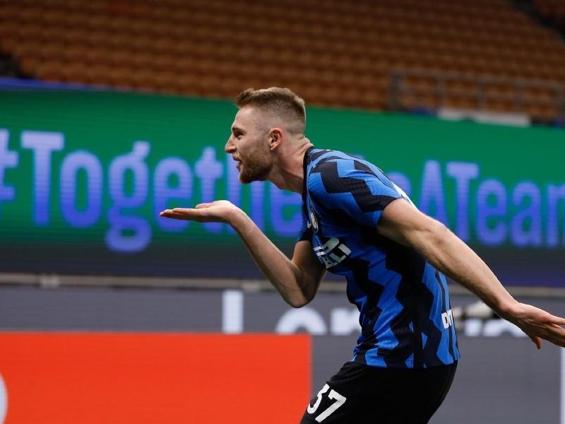 Milan Škriniar oslavuje gól