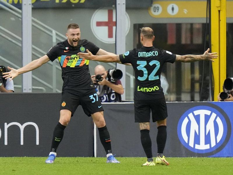 Milan Škriniar oslavuje so spoluhráčmi gól