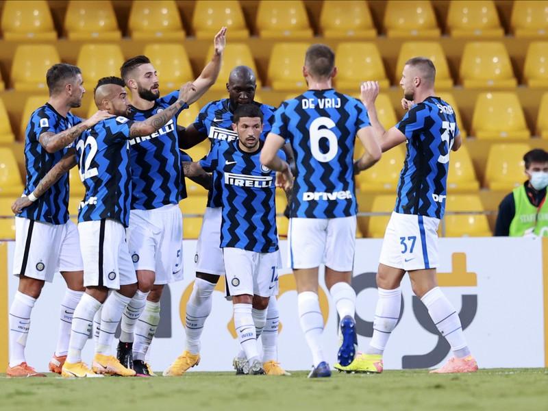 Radosť Milánčanov po góle do siete Beneventa