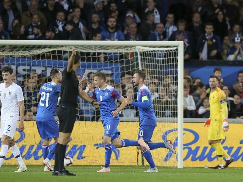 Hráči Islandu sa radujú z gólu