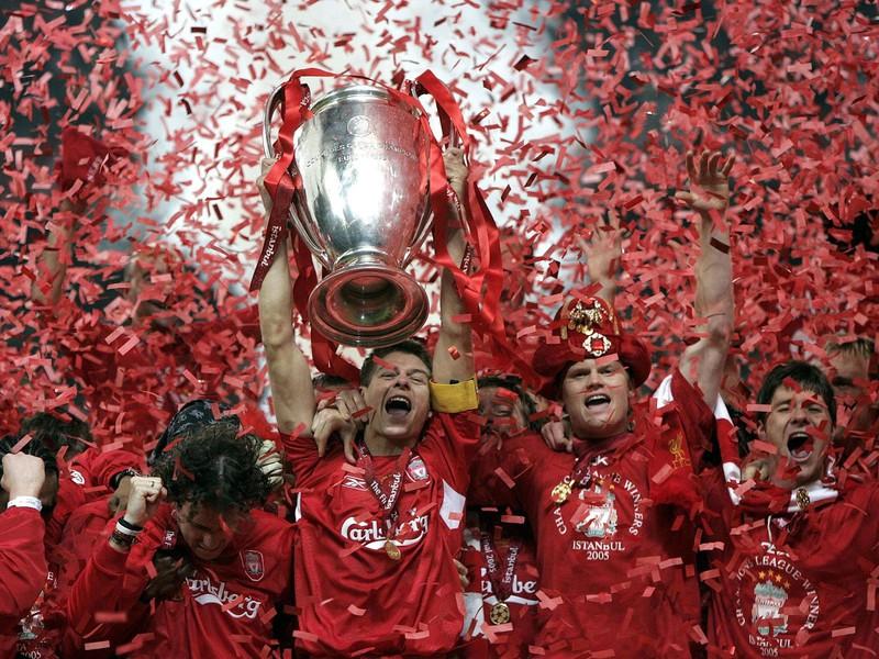 Kapitán Steven Gerrard s víťaznou trofejou po famóznom obrate Liverpoolu
