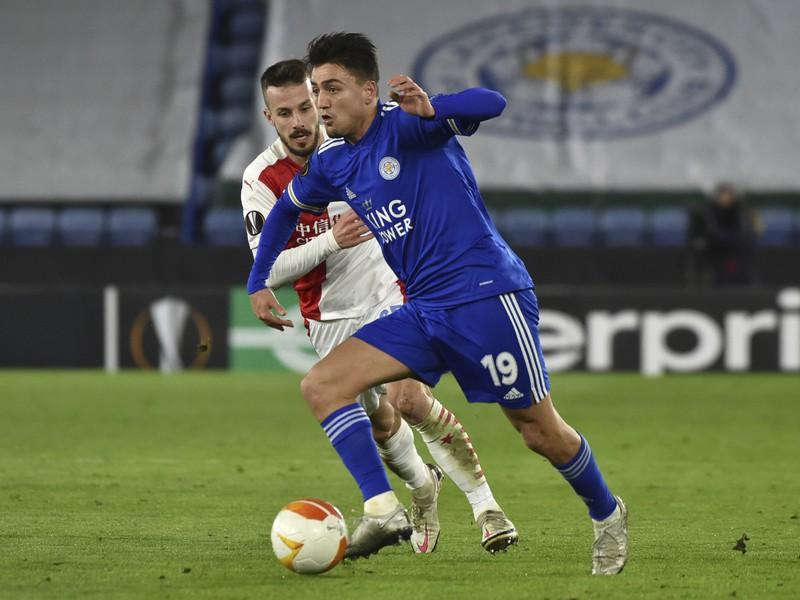 Hráč Leicesteru Cengiz Under(vpravo) v súboji s Jakubom Hromadom