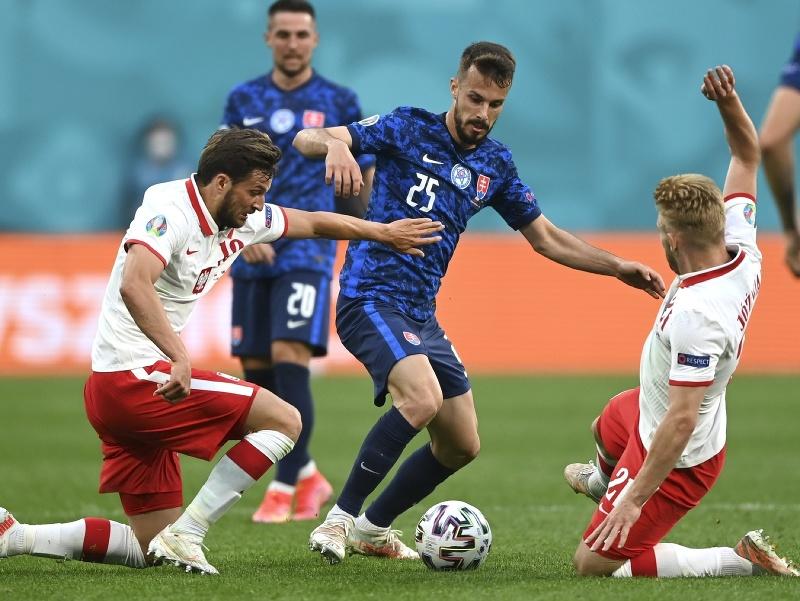 Jakub Hromada v súboji s poľskými futbalistami