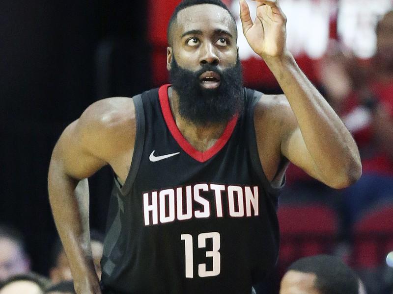 Basketbalista Houstonu Rockets James Harden sa teší po strelení koša