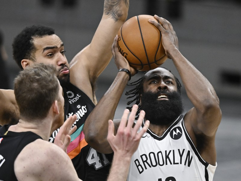 Basketbalista James Harden (13) z Brooklynu Nets a hráči Trey Lyles (41) a  Jakob Poeltl zo San Antonia Spurs