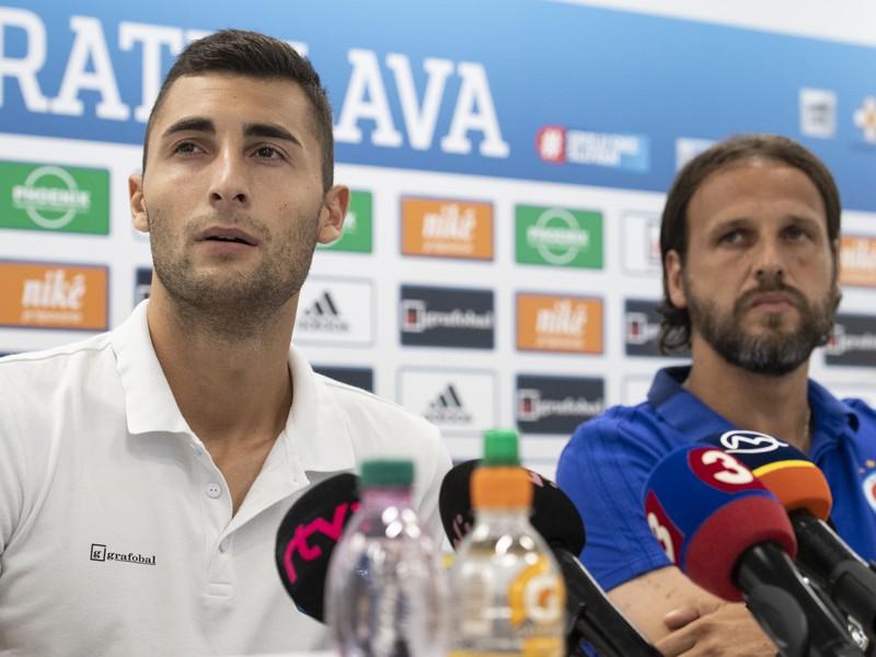 Zľava brankár ŠK Slovan Bratislava Dominik Greif a tréner Ján Kozák ml.