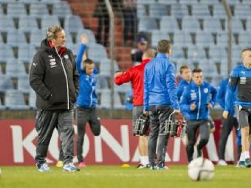 Tréner Ján Kozák dohliada na tréning slovenských reprezentantov pred súbojom s Luxemburskom
