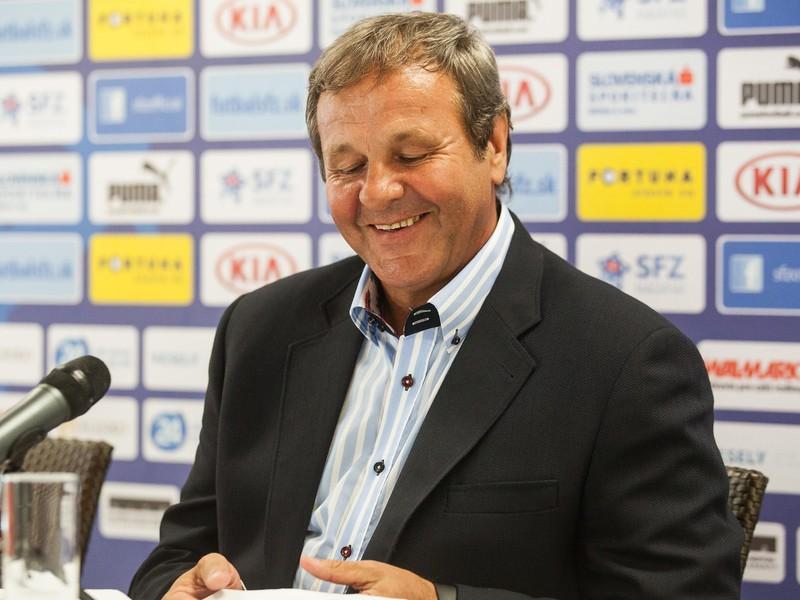 Tréner futbalovej repetezentácie Ján Kozák má v Rumunsku dobrú náladu