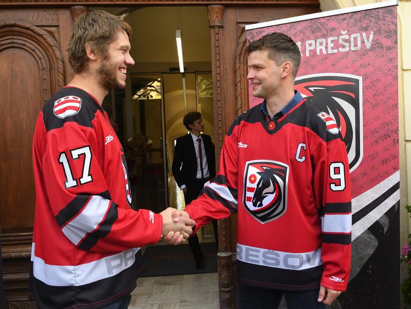 Na snímke vpravo kapitán HC 21 Prešov Marek Zagrapan, vľavo jeho asistent Ján Sýkora.