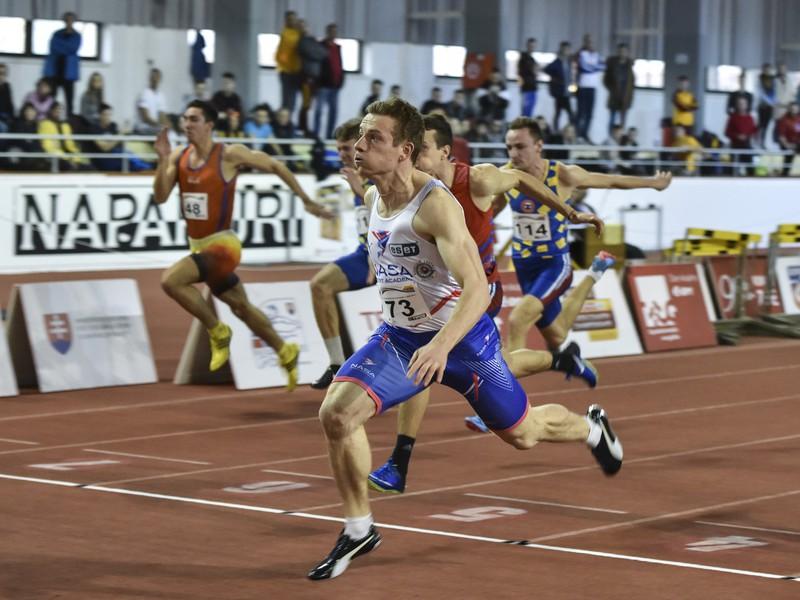 Na snímke v popredí víťaz v behu na 60 metrov šprintér Ján Volko