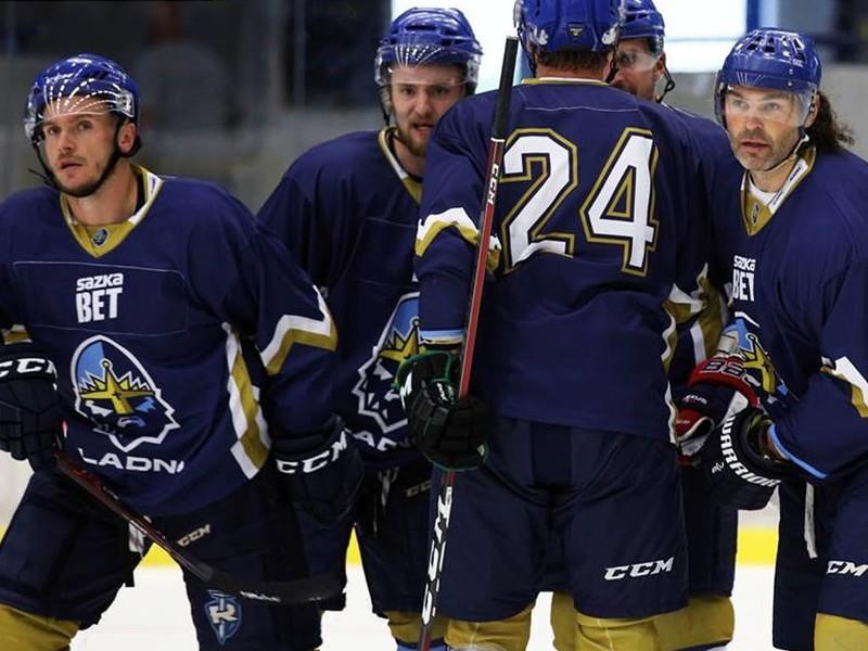 Jaromír Jágr (vpravo) oslavuje so spoluhráčmi gól Kladna