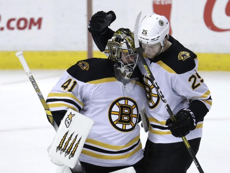 Slovenský reprezentačný brankár v drese Bostonu Bruins Jaroslav Halák (vľavo) a jeho spoluhráč Brandon Carlo