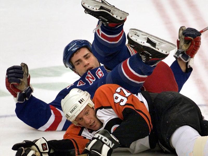 Eric Lindros sa ocitol na ľade po súboji s Jeremym Roenickom