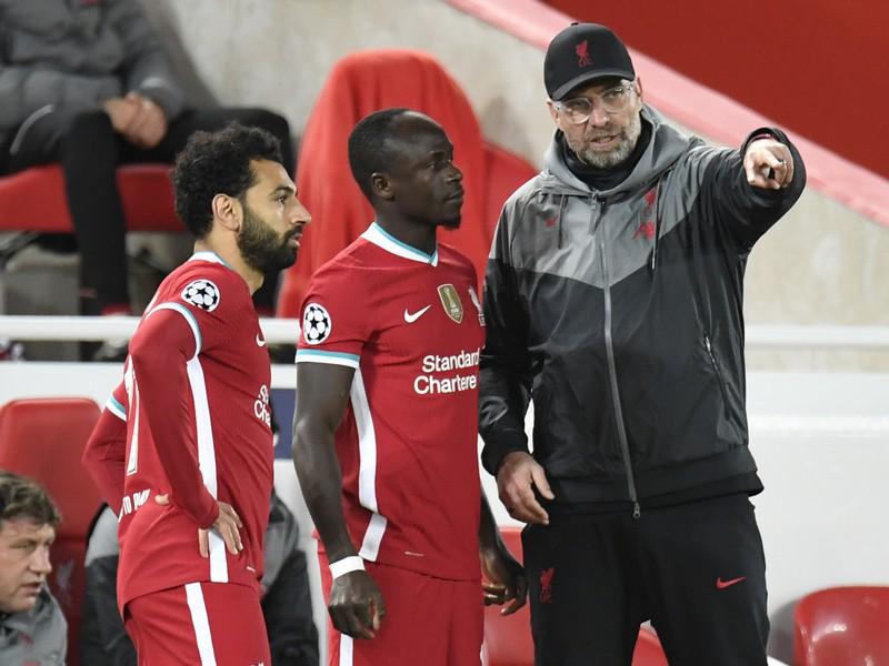 Kouč Liverpoolu Jürgen Klopp dáva pokyny svojim zverencom