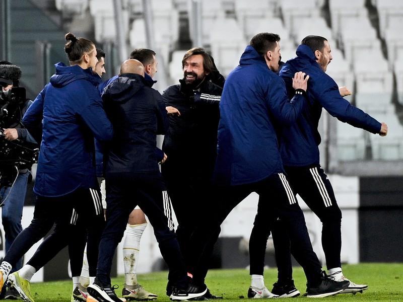 Andrea Pirlo sa raduje s hráčmi z postupu