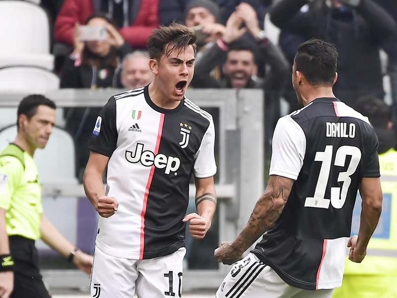 Paulo Dybala a Danillo oslavuje gól