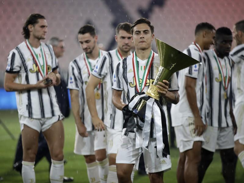 Argentínčan Paulo Dybala s trofejou pre majstra Serie A