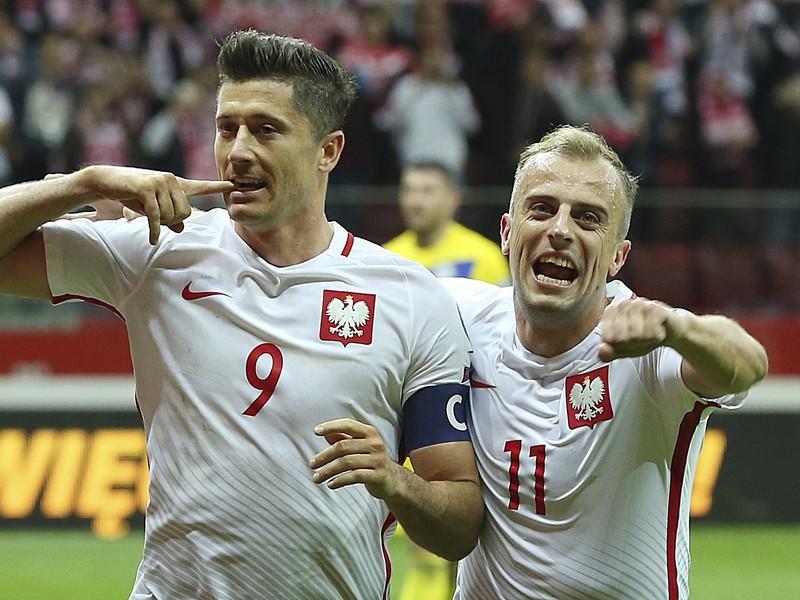 Robert Lewandoski a Kamil Grosicki oslavujú gól Poľska