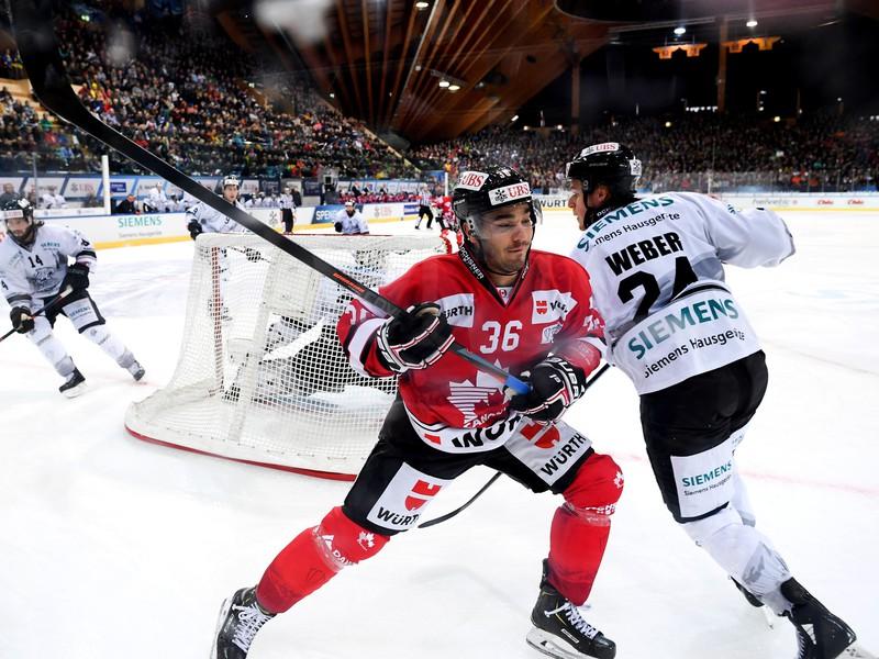 Matt D'Agostini a Marcus Weber v súboji Kanady s Norimbergom