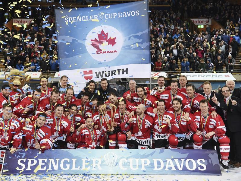 Kanadskí hráči pózujú s trofejou po ich víťazstve nad Luganom v hokejovom zápase finále 90. ročníka Spenglerovho pohára.