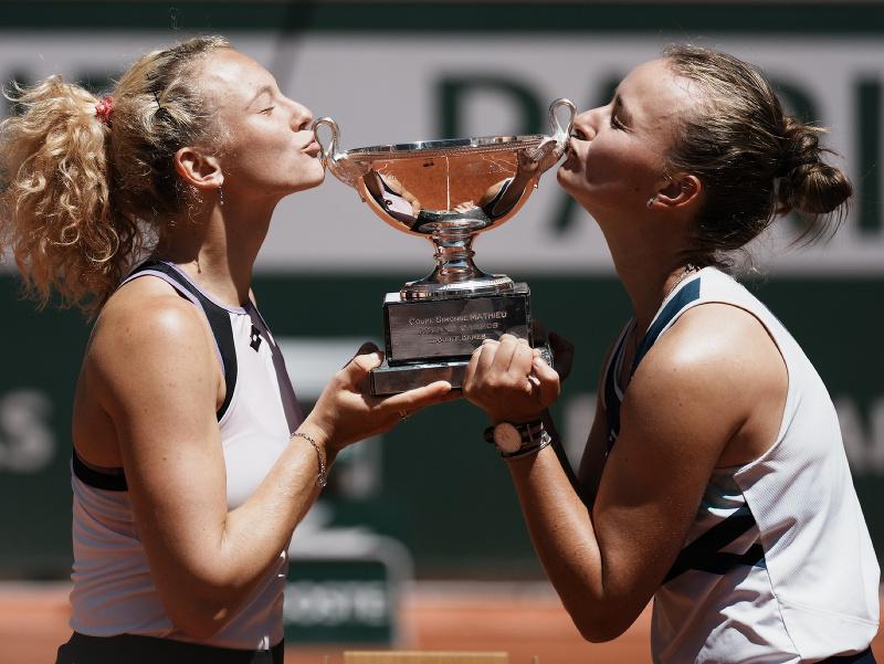 Kateřina Siniaková a Barbora Krejčíková s trofejou
