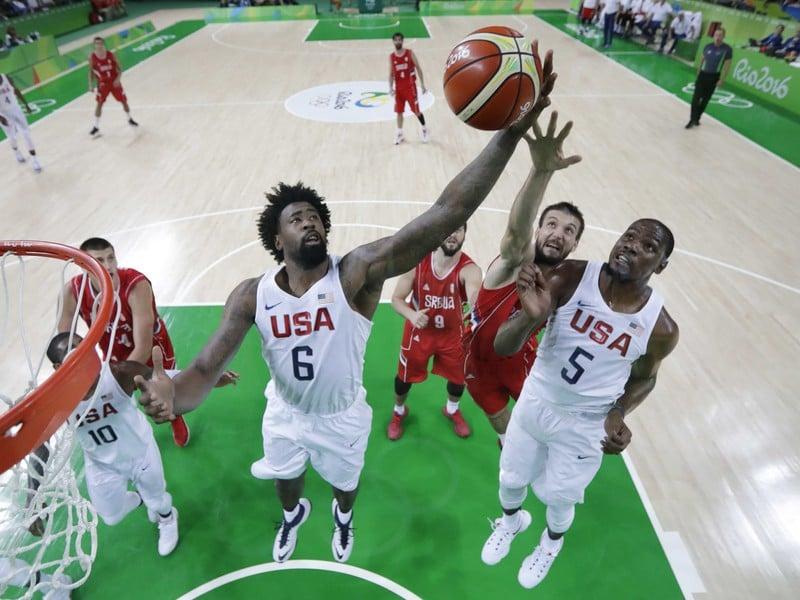 DeAndre Jordan (vľavo) a Kevin Durant