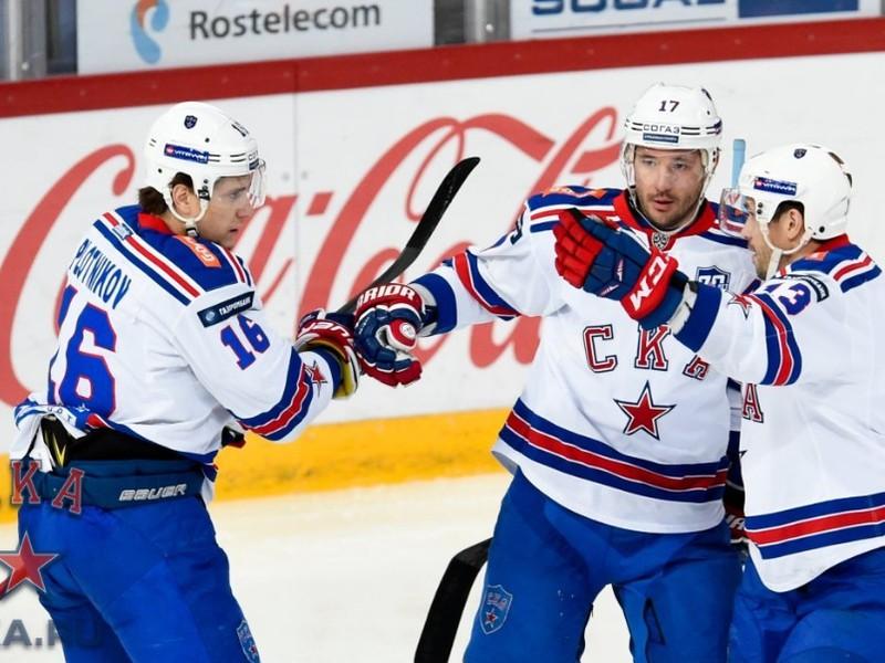 Pavel Dacjuk (vpravo) oslavuje so spoluhráčmi Plotnikovom a Kovaľčukom
