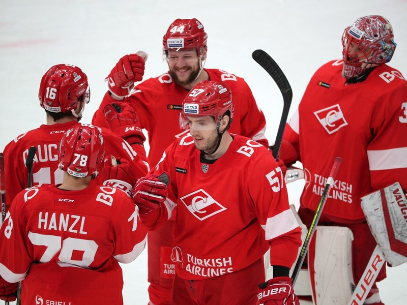 Július Hudáček s hokejistami HC Spartak Moskva