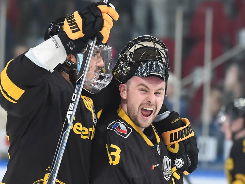 Július Hudáček (vpravo) oslavuje so spoluhráčmi triumf Čerepovca