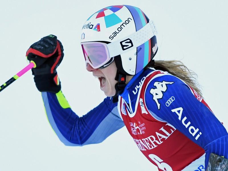 Talianska lyžiarka Marta Bassinová sa teší po triumfe v obrovskom slalome Svetového pohára v slovinskej Krajnskej Gore