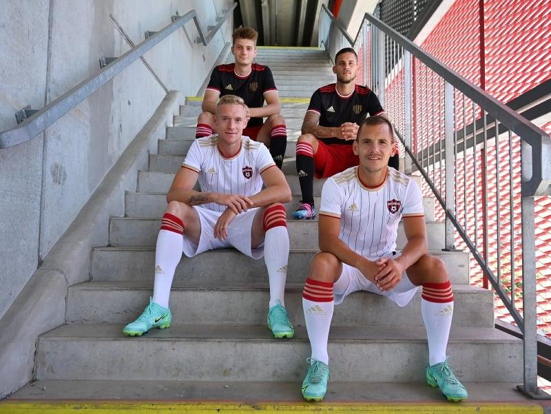 Na snímke zľava dole hráči FC Spartak Trnava Roman Procházka, Martin Mikovič a zľava hore Sebastián Kóša a Kristián Koštrna pózujú v nových dresoch na sezónu 2021/2022