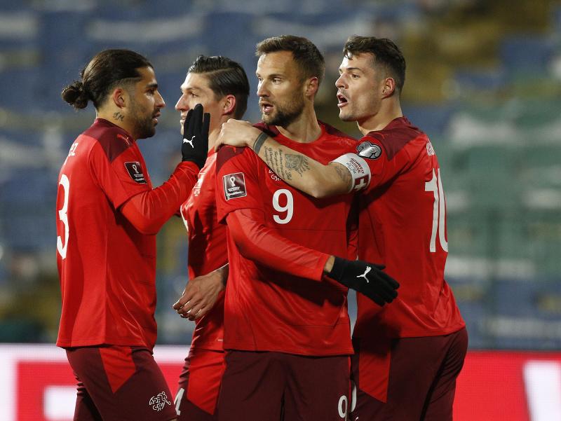 Švajčiarski futbalisti sa tešia po góle