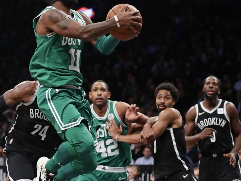 Na snímke vľavo hráč Bostonu Kyrie Irving
