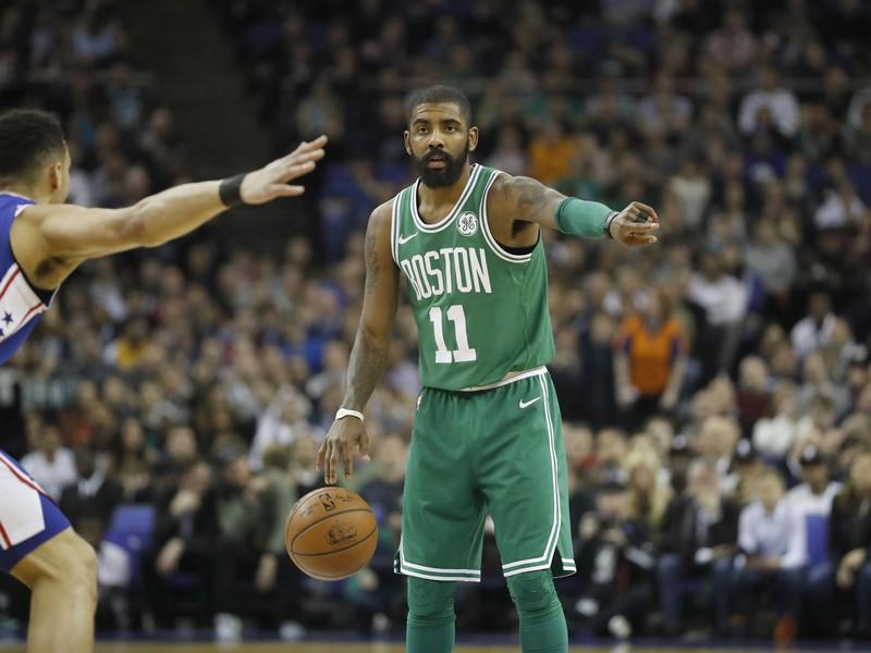 Kyrie Irving (vpravo) z Bostonu Celtics
