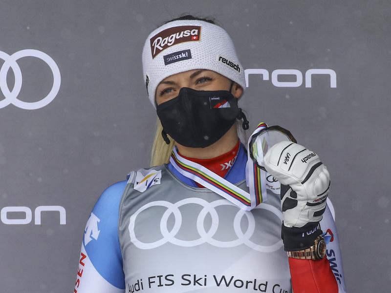 Švajčiarska lyžiarka Lara Gutová-Behramiová si prevzala medailu za tretie miesto v zjazde