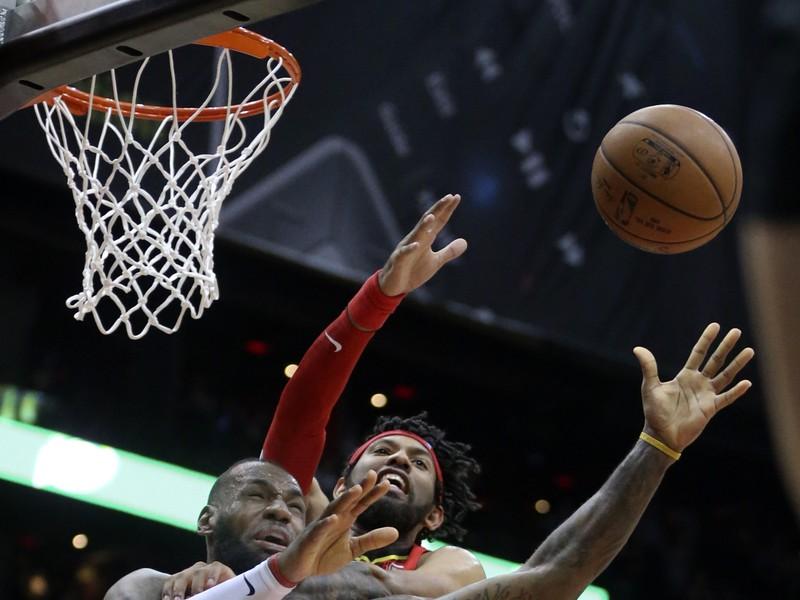 LeBron James (23) z Clevelandu Cavaliers a DeAndre' Bembry (95) z Atlanty Hawks počas zápasu zámorskej NBA