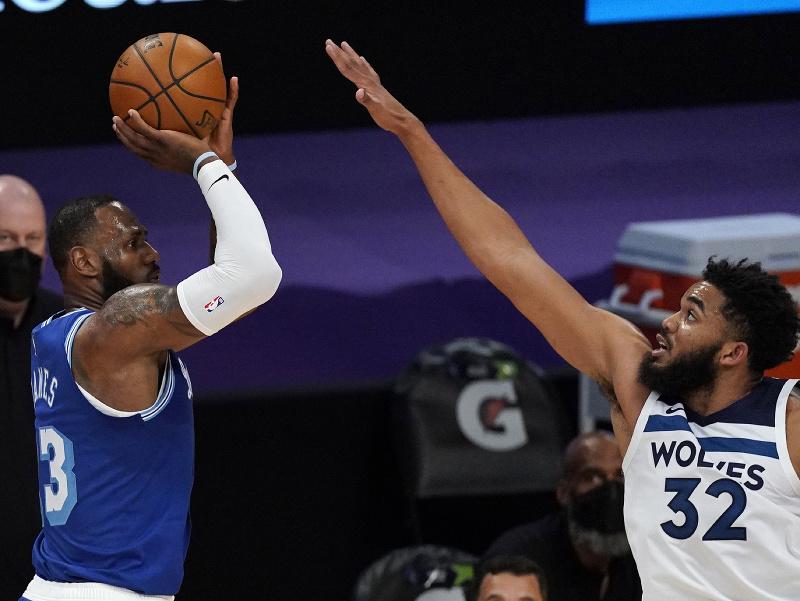 Basketbalista LeBron James (vľavo) z Los Angeles Lakers strieľa na kôš