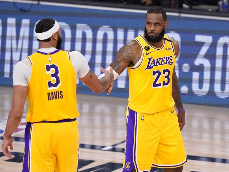 Anthony Davis (3) a LeBron James z Los Angeles Lakers