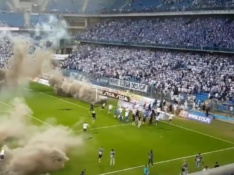 Výtržnosti počas zápasu medzi Lechom Poznaň a Legiou Varšava