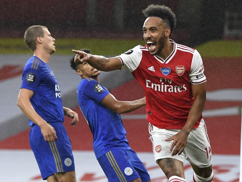 Pierre-Emerick Aubameyang oslavuje gól do bránky Leicesteru