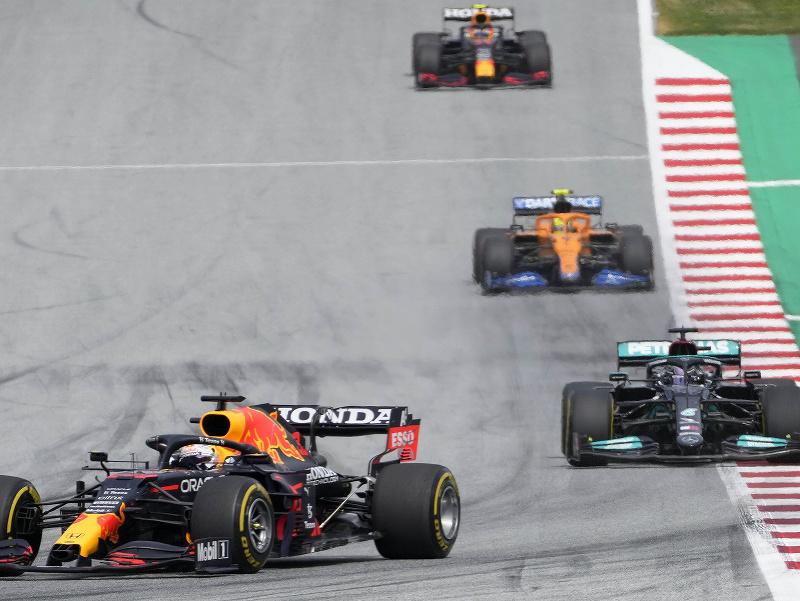 Max Verstappen naháňaný Lewisom Hamiltonom