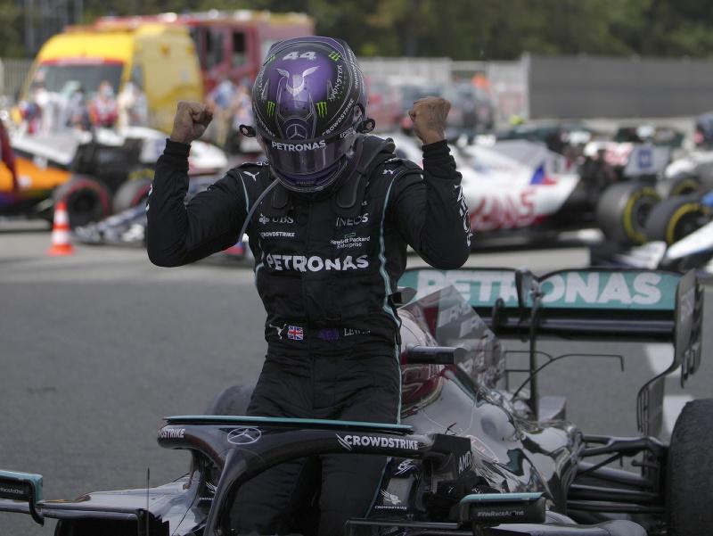 Radosť Lewisa Hamiltona po víťazstve na Veľkej cene Španielska