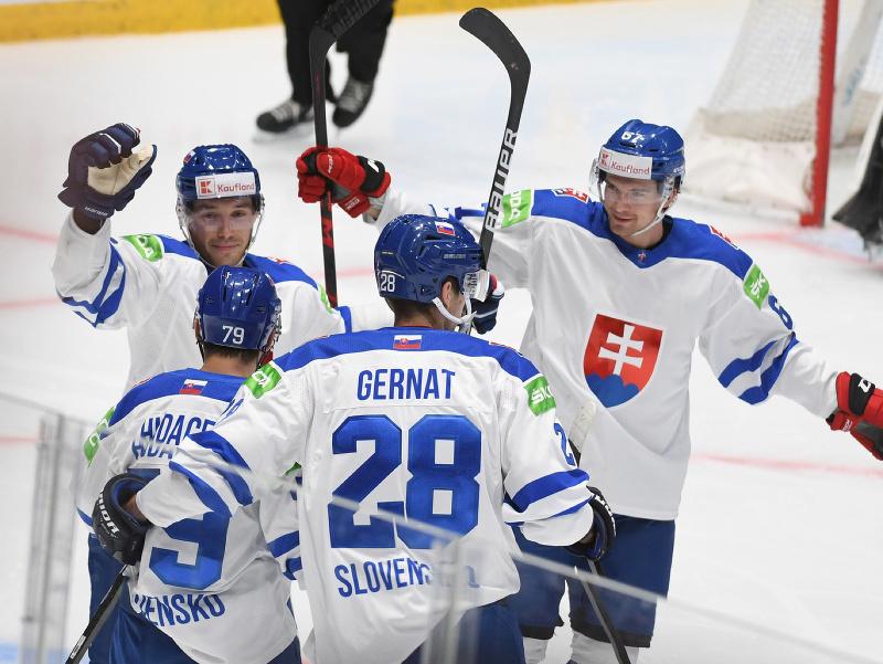 Na snímke slovenský hokejista Libor Hudáček (druhý vľavo) sa teší z gólu so spoluhráčmi počas zápasu olympijskej kvalifikácie na ZOH v Pekingu Rakúsko - Slovensko