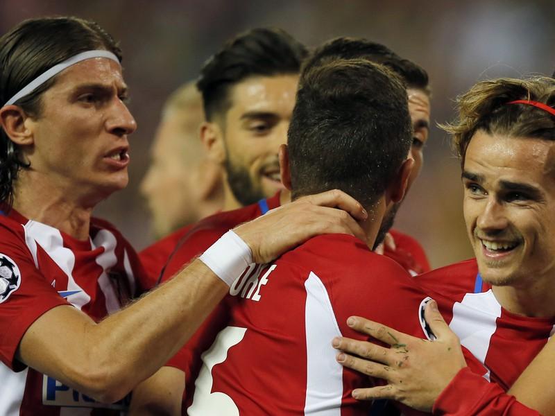Antoine Griezmann so spoluhráčmi oslavuje gól Atlética