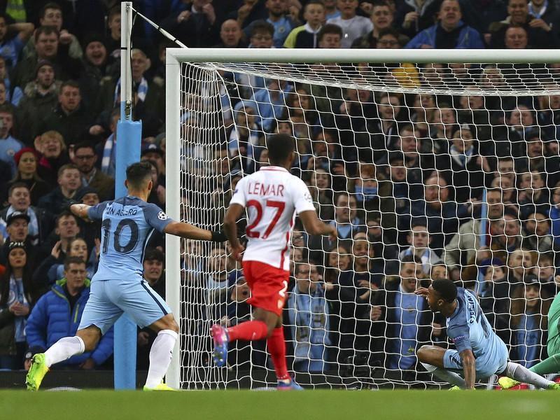 Raheem Sterling strieľa úvodný gól zápasu