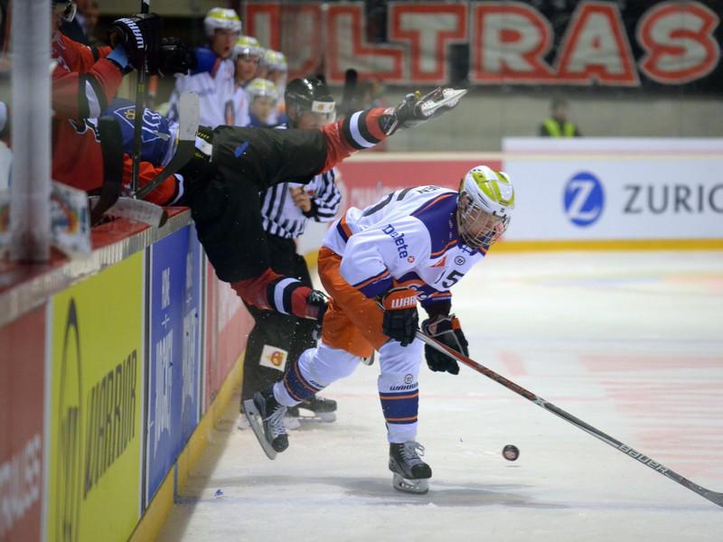 Patrik Lamper (vľavo hore) z HC '05 iClinic Banská Bystrica a Toni Utonen (vpravo) z Tappara Tampere v tvrdom súboji pri mantineli