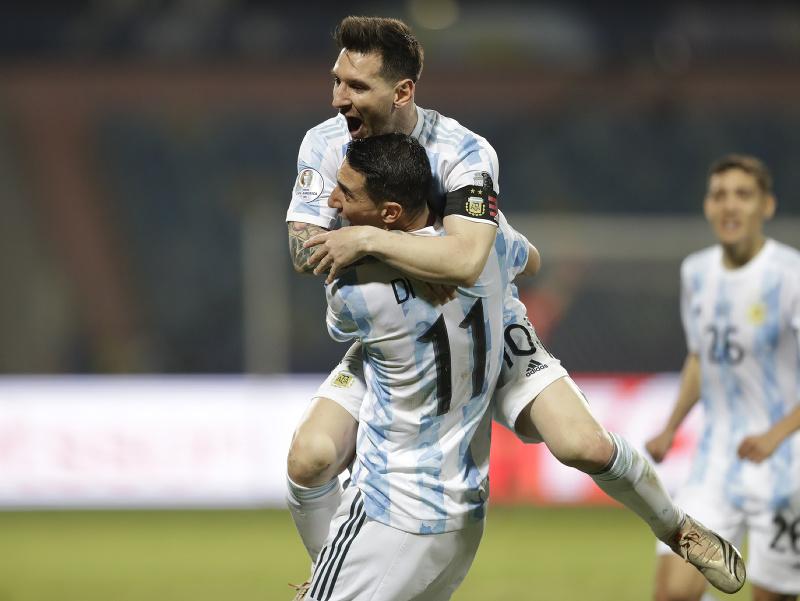 Lionel Messi a Ángel di María oslavujú gól Argentíny