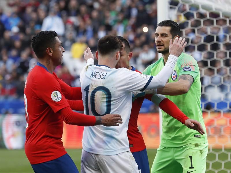 Lionel Messi v potýčke s hráčmi Čile